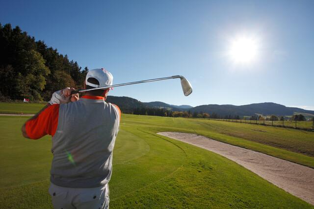 Golfer beim Schlag