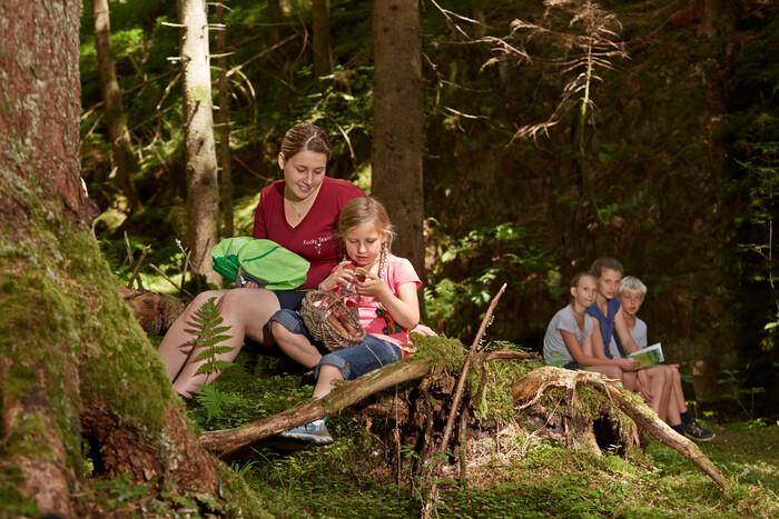 Kinder unterwegs mit dem Naturforscherrucksack
