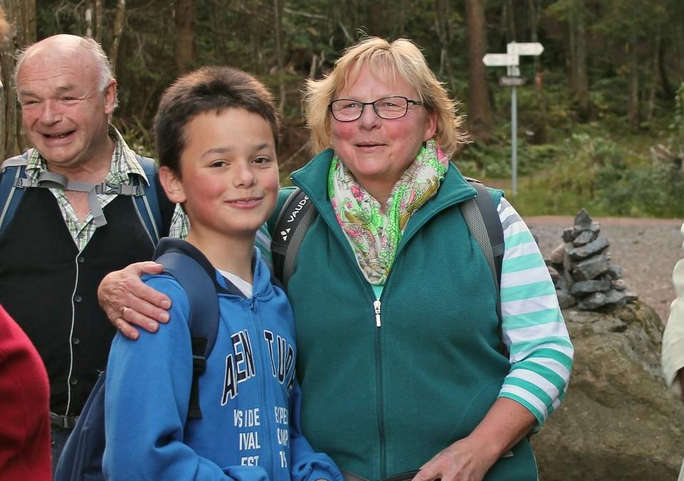 Ulrike Hättich mit Enkel Julian und Ehemann Helmut im Hintergrund.