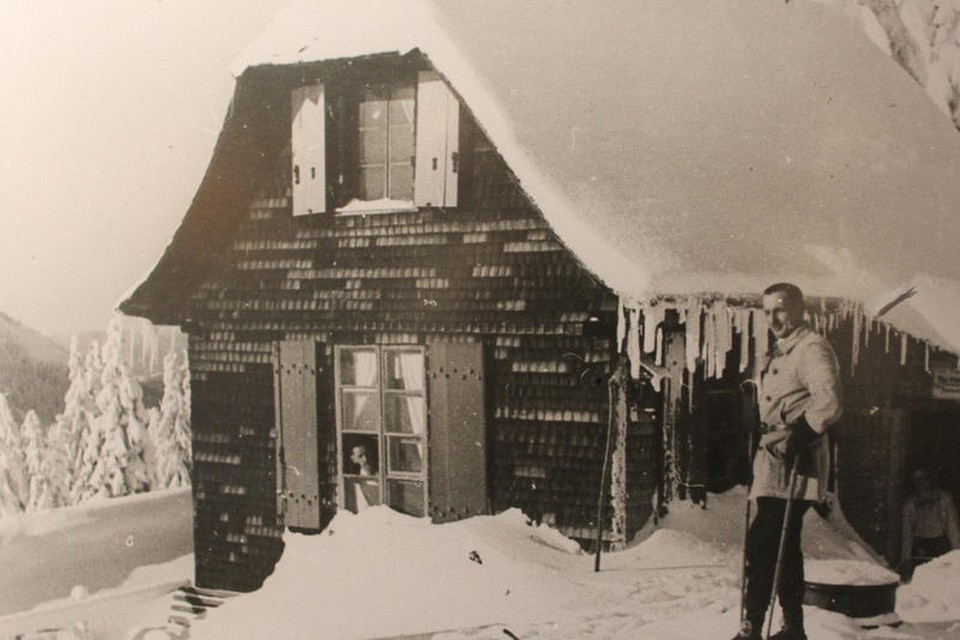 """Karl Hauptmann richtet sich sein """"Molerhüsli"""" auf der Grafenmatt, zwischen Herzogenhorn und Feldberg gelegen, als Wohnung und Atelier ein."""