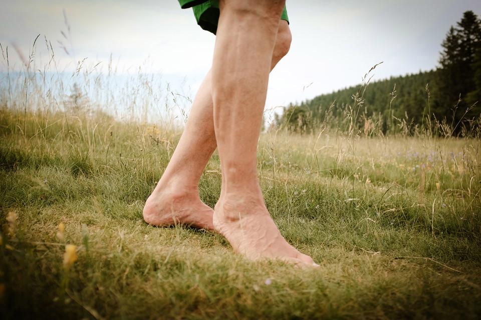 So ist's richtig: Mit dem Ballen zuerst aufsetzen, das aktiviert sämtliche Muskeln in den Füßen und Beinen