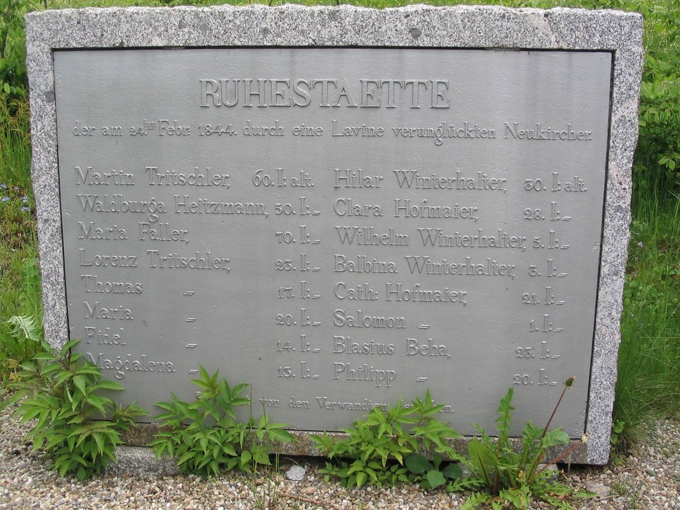 Der Grabstein für die Verunglückten steht auf dem Neukircher Friedhof