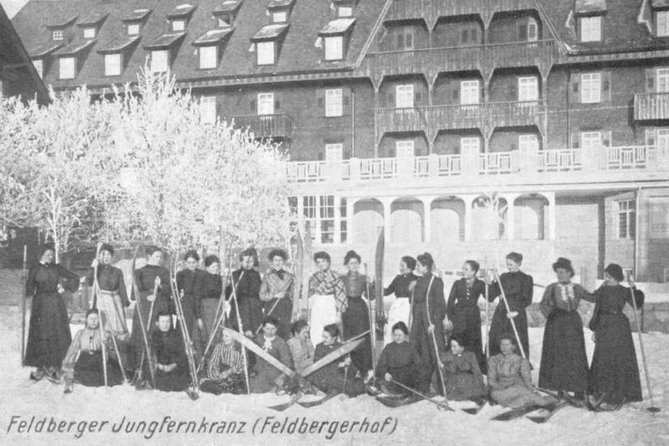 Die Teilnehmerinnen eines Jungfernkranz Wettkampfes vor dem Feldberger Hof.