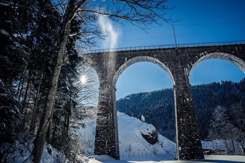 Die imposante Eisenbahnbrücke überspannt den Eingang der romantischen Ravennaschlucht.