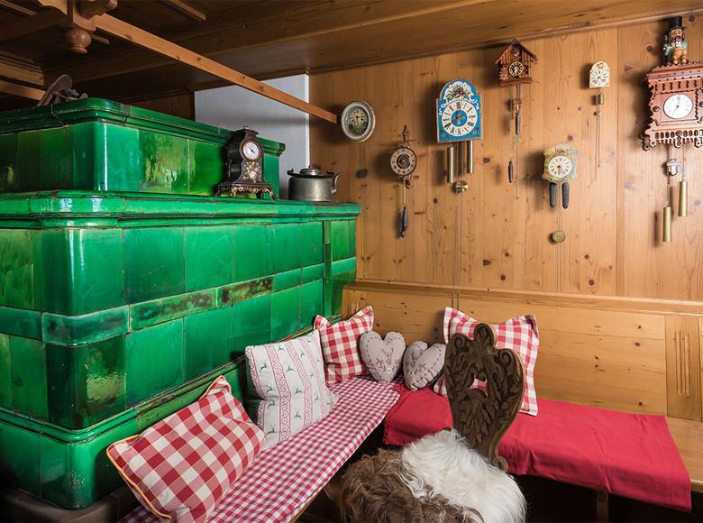 Der Kachelofen hat im Hochschwarzwald Tradition. Neben seiner ursprünglichen Funktion, dem Heizen, ist er auch ein gemütlicher Treffpunkt in jedem traditionellen Hof.