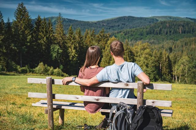 Paar auf einer Bank am Säbelthomaweg mit Panoramablick