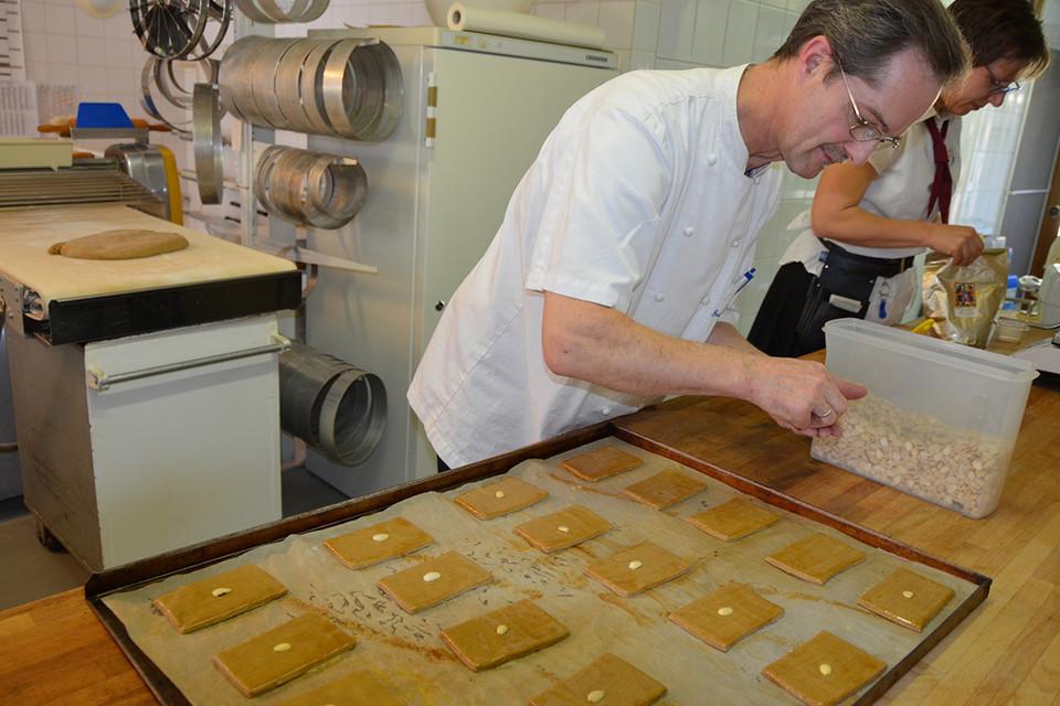 Die Lebkuchen werden mit Eigelb bestrichen und mit einer halben Mandel verziert.