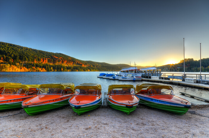 Boote am Titisee im Herbst