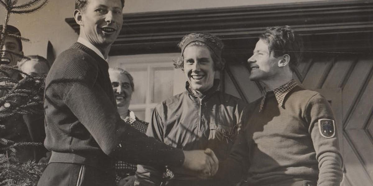Die Sieger des dritten und vierten Tages der olympischen Winterspiele gratulieren einander: v.l.n.r. Franz Pfnür, Christel Carnz und Guzzi Lantschner.