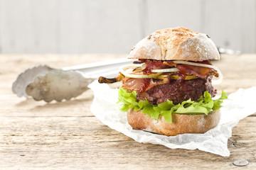 Schwarzwald-Burger vom Grill mit Reh und Kirsch-BBQ-Soße