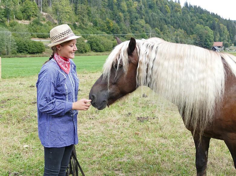 Pferdewirtin Lisa Meier mit einem Schwarzwälder Fuchs