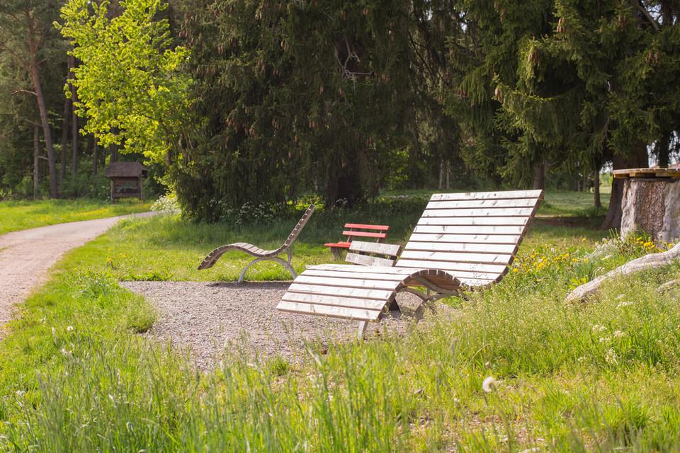 Mit dem Spielplatz für die Kleinen und den Holzliegen für die Großen können Familien ihren Wandertag hier gut ausklingen lassen.