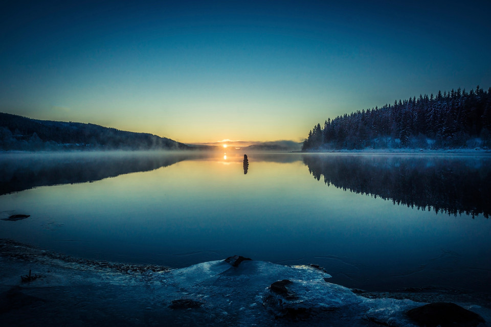 Morgenrot, das sich auf der Wasseroberfläche des Schluchsees spiegelt.