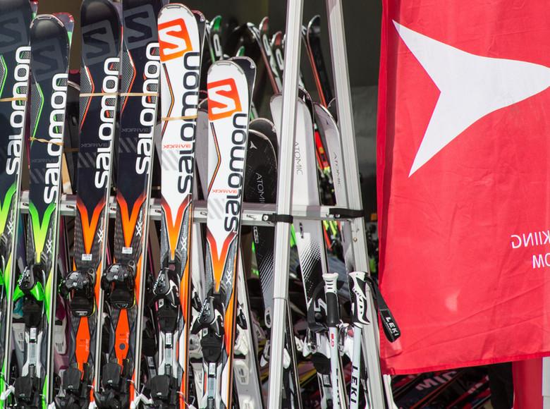 Heute bestehen Skier aus den unterschiedlichsten Hitech-Materialien und für jede erdenkliche Skiart gibt es einen eigenen Ski.