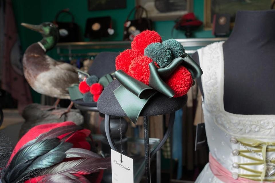 Passend dazu gibt es von ihr entworfene Accessoires wie Taschen und Hüte.