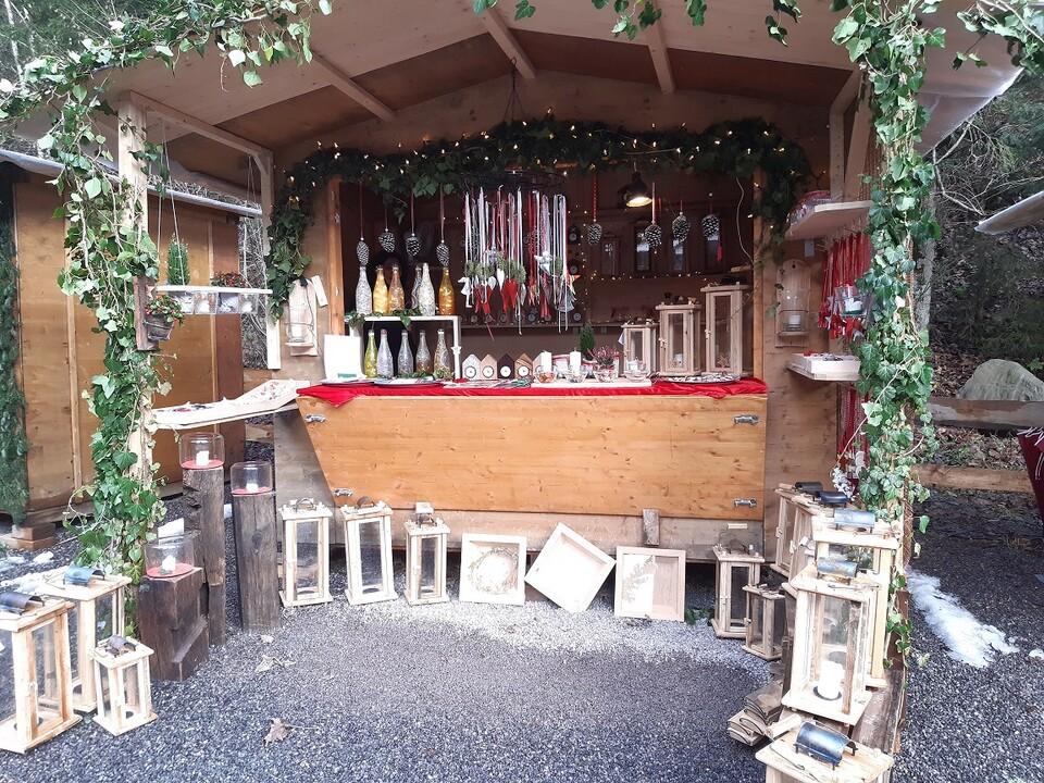 Stand auf dem Weihnachtsmarkt in der Ravennaschlucht