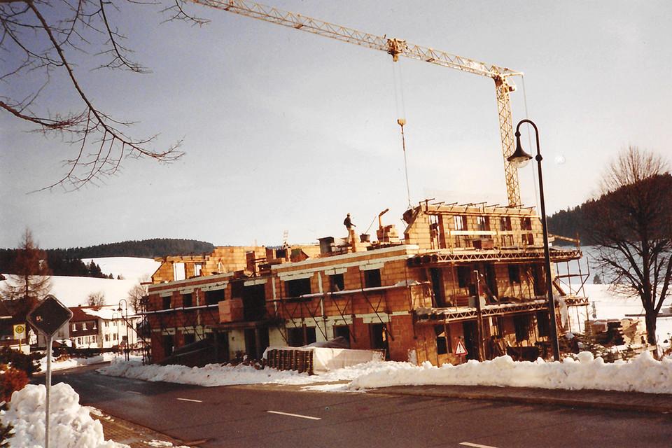 Beim Wiederaufbau packten viele Dorfbewohner ehrenamtlich mit an.