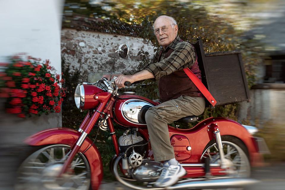 Helmut Kürner auf seinem Oldtimer-Motorrad.