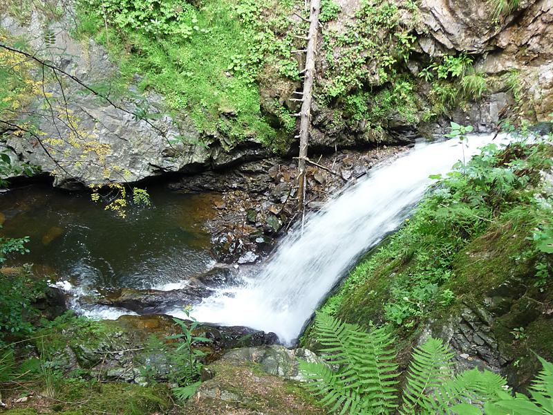 Ein kleiner Wasserfall kreuzt unseren Weg.