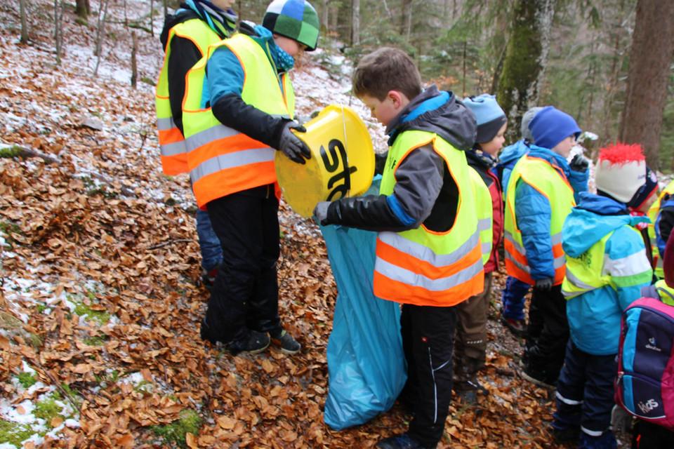 Grundschüler befüllen die Müllsäcke