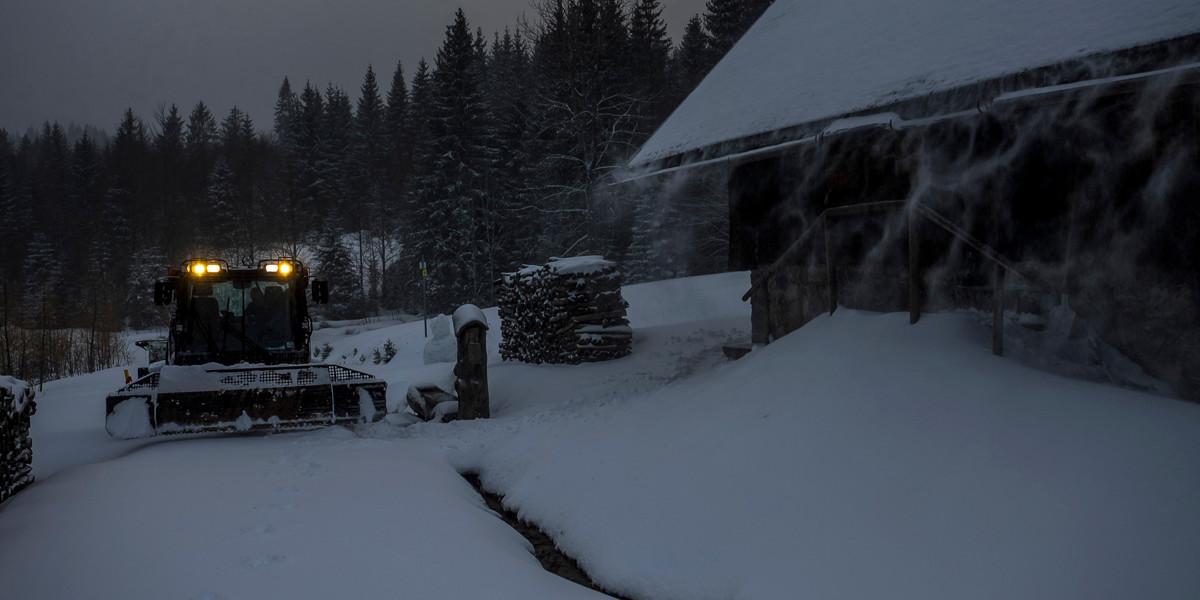 Conny Gröbler spurt die Loipe vor unserer Hütte, wir können los!