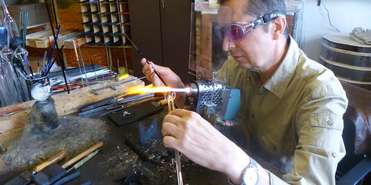 Peter Eckhardt ist 55 Jahre alt, ein gestandener, erfahrener Mann mit eigener Werkstatt und Kunden aus der ganzen Welt.