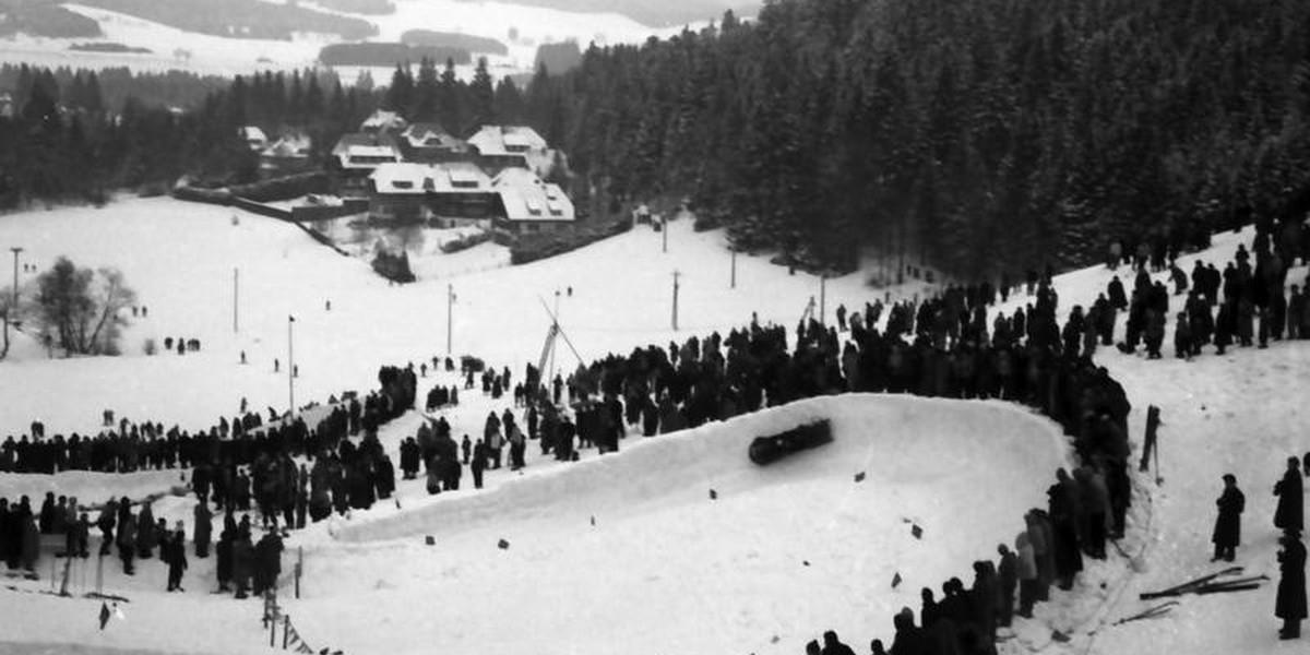 Trotz der klirrenden Kälte pilgern über 10.000 Besucher nach Hinterzarten, um sich das Spektakel anzusehen.