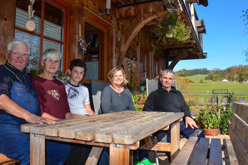 Drei Generationen leben auf dem Hof (v.l.): Landwirt Albert und Ehefrau Hilda, Enkelkind Jonas, Schwiegertochter Annett und Sohn Wolfgang, die den Betrieb 2005 übernommen haben. Nicht dabei ist Enkeltochter Emma.