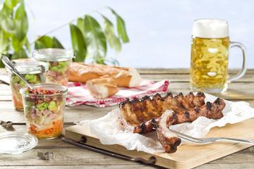 Gegrillte Schälrippchen und Schichtsalat im Glas mit Saubohnen und Speck