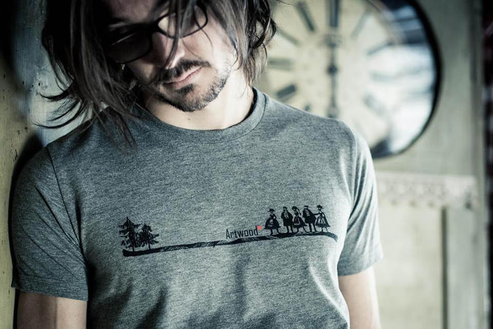 Seine Klamotten vertreibt er über den eigenen Webshop und in einigen ausgewählten Läden.
