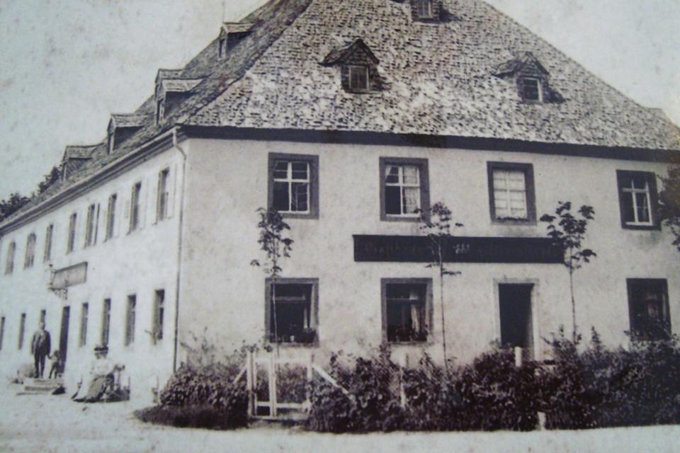 Bevor das Café 2004 seine Türen öffnete, hatte das Haus, in dem es untergebracht ist, eine lange und wechselvolle Geschichte hinter sich.