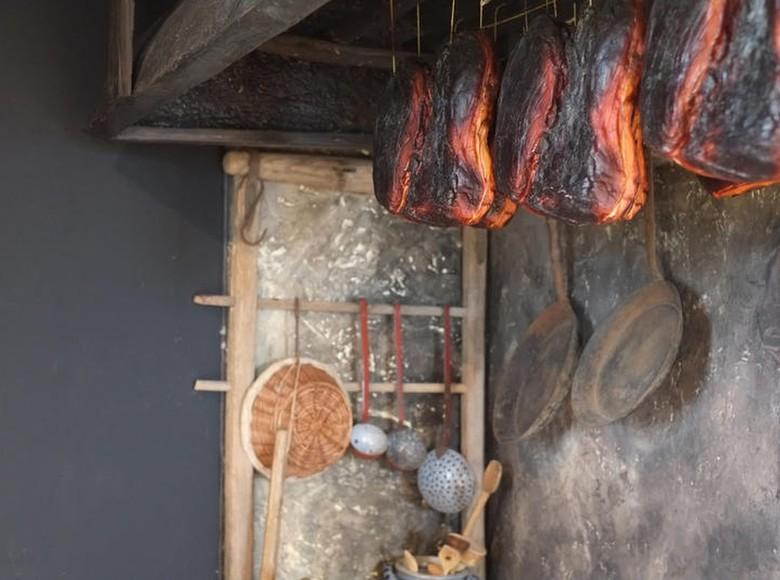 Beim Räuchern über heimischen Tannenholz erhält der Schinken sein kräftiges Aroma.