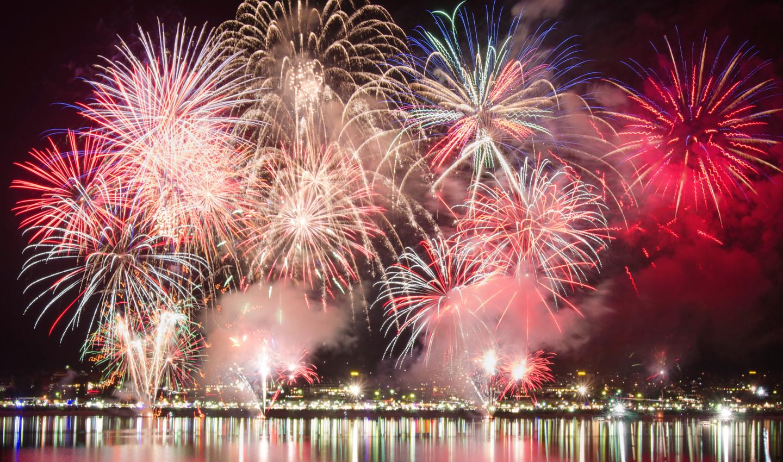Licht, Glanz und Feuerwerk! Das gibt es beim jährlichen Seenachtsfest am Titisee und Schluchsee.