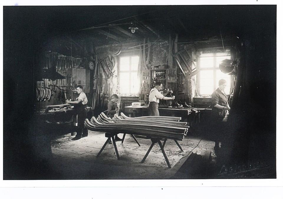 Um 1935 startet Familie Hirt die Serienproduktion von Ski.