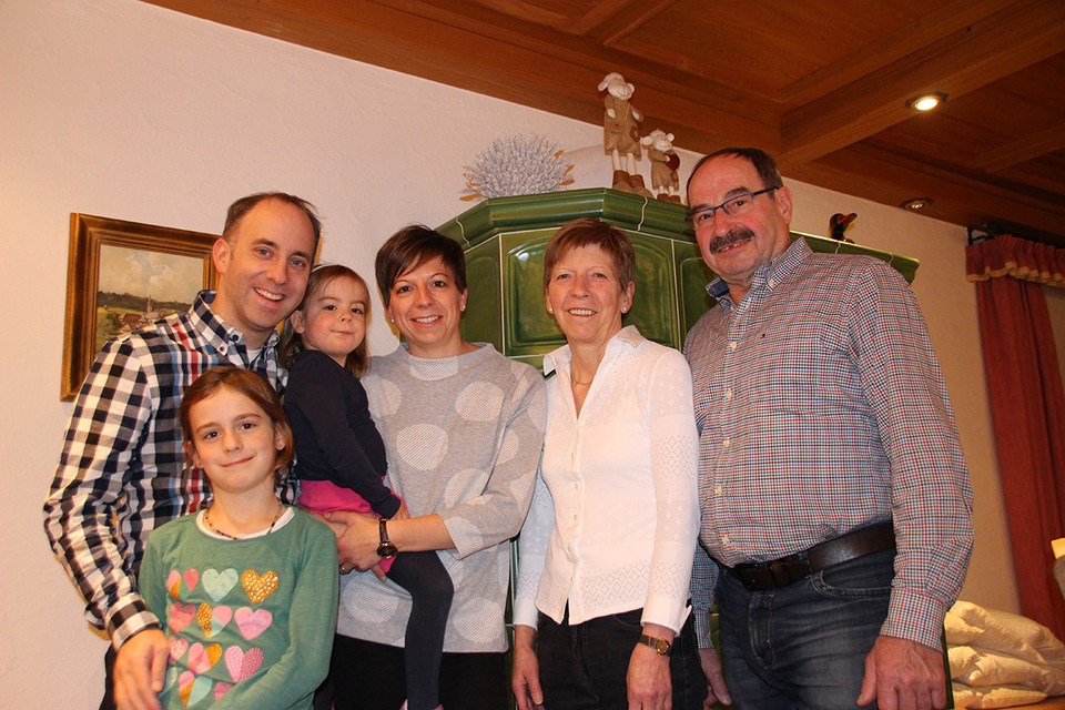Nachfolge gesichert: Yvonne Eiche (Mitte) ist in die Fußstapfen von Oma Augusta und ihren Eltern Ursula und Gerhard Wehrle getreten. Gemeinsam mit Ehemann Thomas führt sie das Hotel und damit die Familientradition fort.