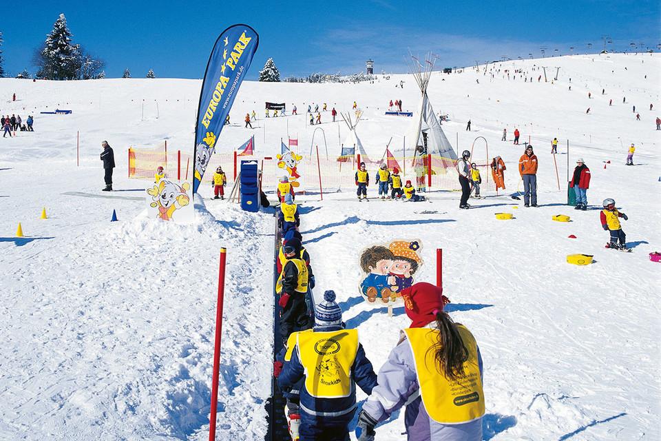 Früh übt sich: In der Wintersportschule Thoma am Feldberg - gegründet von Gundolf Thoma - lernen schon die Kleinsten, wie man auf Skiern den Hang hinabgleitet.