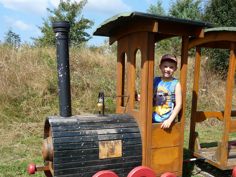 Liam ist nicht mehr zu bremsen, als er den liebevoll angelegten Spielplatz mit dem Rennauto, einem Zug mit Waggons und einem Brunnen zum Planschen sieht.
