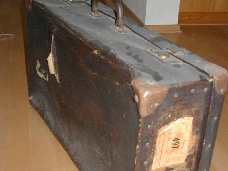Eben öffnete ich den Koffer wieder, und mit dem heimeligen Geruch aus alten Zeiten zu genießen.