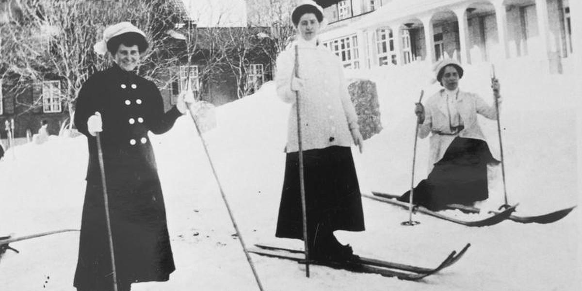 """Damen waren bei Skifahren von Anfang an """"ausdrücklich erwünscht""""."""