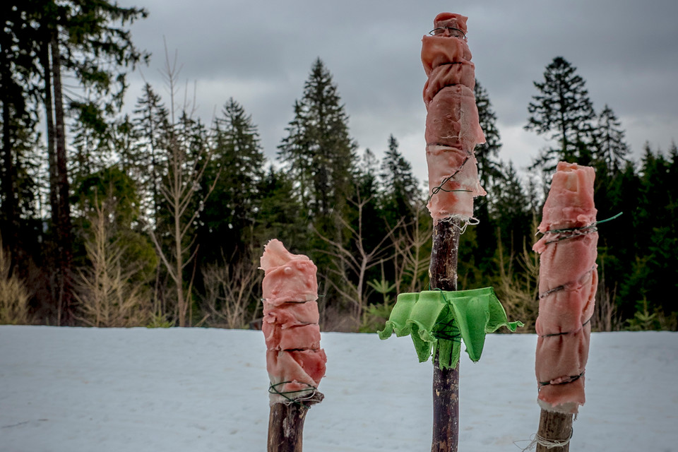 Die fertigen Fackeln kühlen vor der Hütte ab