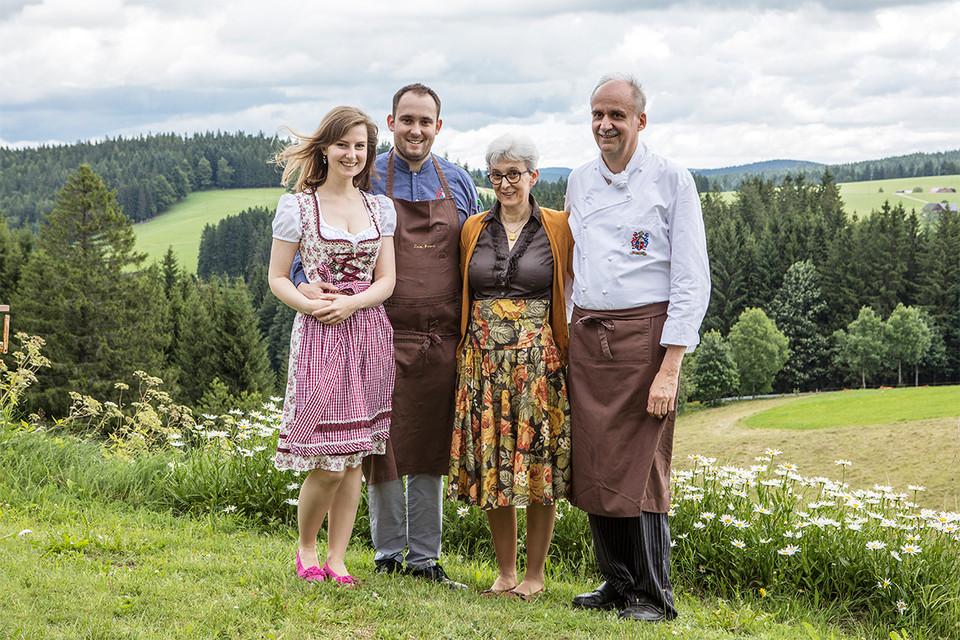 Tradition ist ihnen wichtig (v.r.) Bernhard Schwer mit Ehefrau Marie-Antoinette, Sohn Matthias Schwer und seine Partnerin Dorothea Thurm