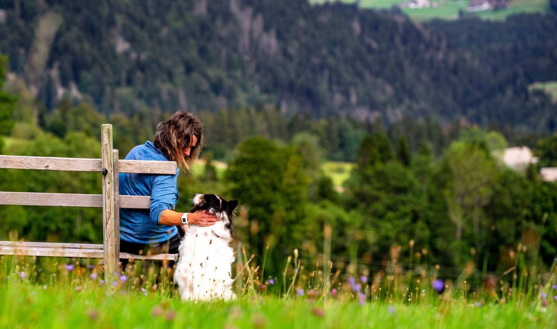 Wanderin streichelt ihren Hund
