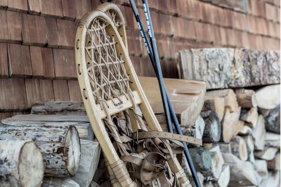 Das historische Modell des Schneeschuhs besteht aus einem mit Lederriemen bespannten Holzrahmen.