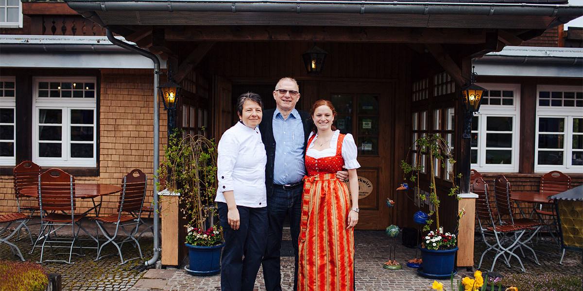 Arbeitsteilung im Adler Bärental: Sabine und Aline Wimmer stehen gemeinsam in der Küche während Walter Wimmer als Facility Manager im Hotel unterwegs ist.