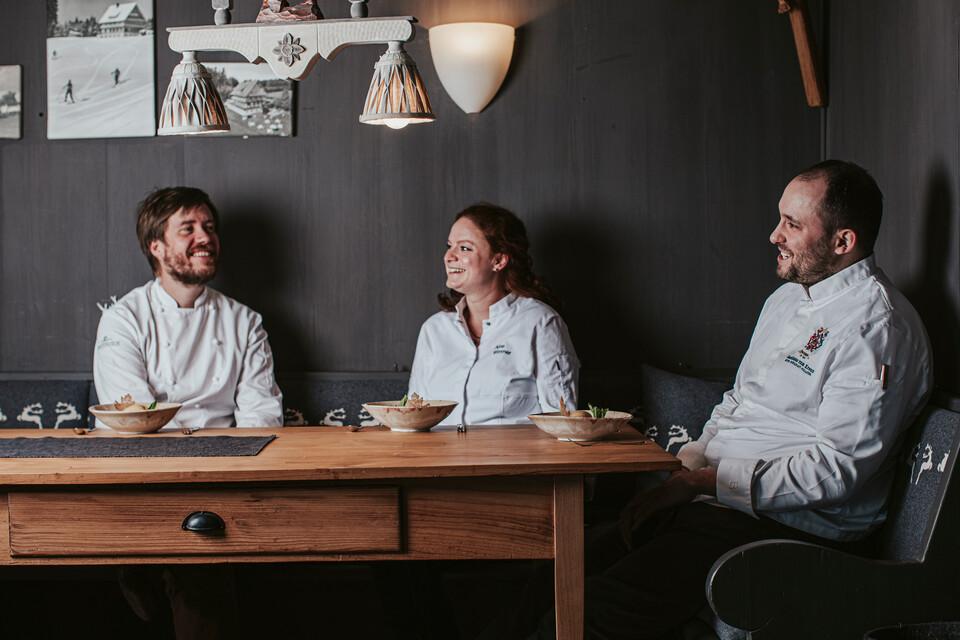 Köche sitzen gemeinsam am Tisch