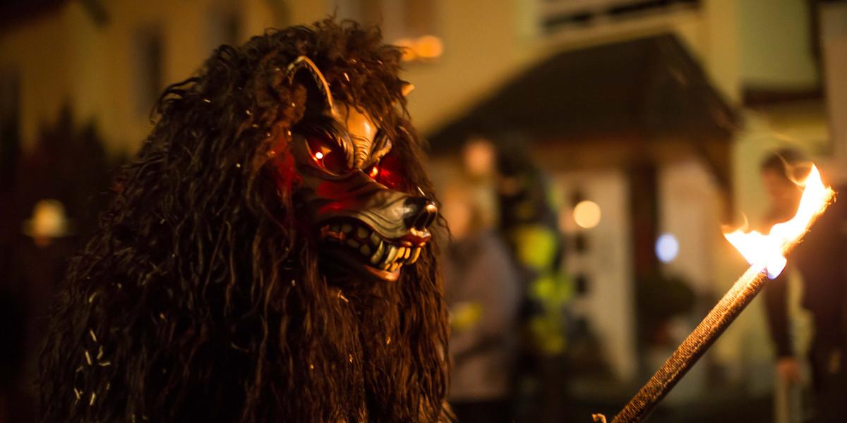 Gruseleffekt: Die Holzmaske der Geisterwölfe hat leuchtend rote Augen.