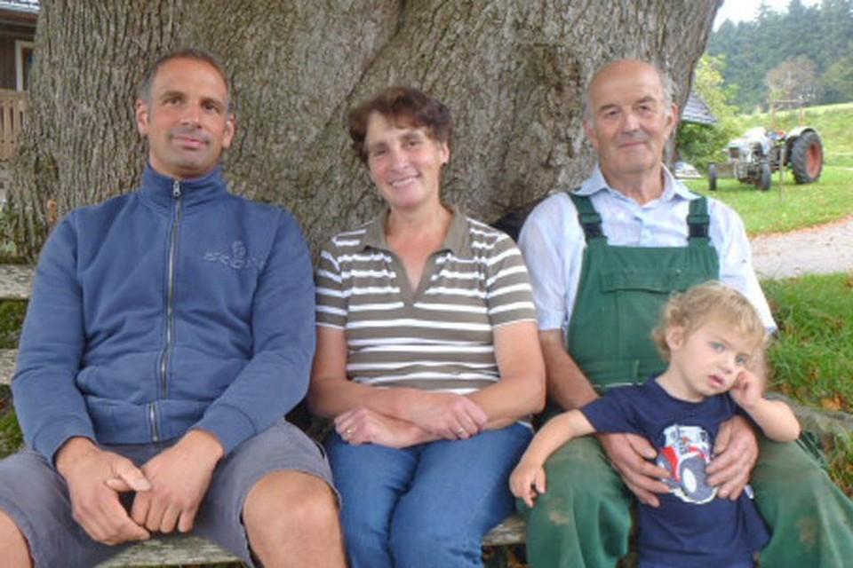 Der 43-jährige sitzt auf der Holzbank unter der mächtigen Linde auf dem elterlichen Hof.