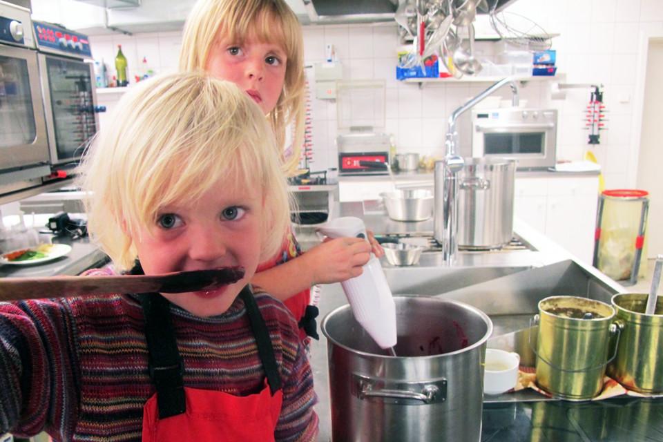 Heute helfen seine Töchter gerne mal in der Küche mit.