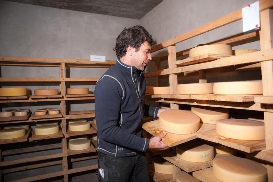 Braun zeigt seine Schätze: Im Käsekeller reifen die runden Laibe bei 90 Prozent Luftfeuchtigkeit.