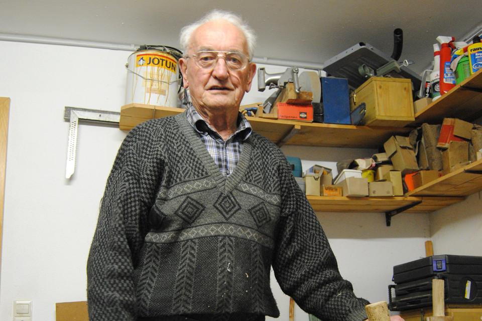 Holzschindelmacher Bernhard Waldvogel demonstriert sein Handwerk